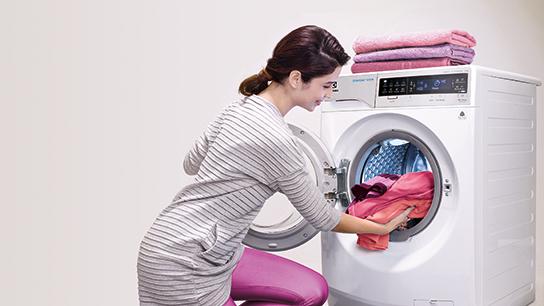 Máy giặt lồng ngang Electrolux EWF14023 - Thêm quần áo trong khi giặt